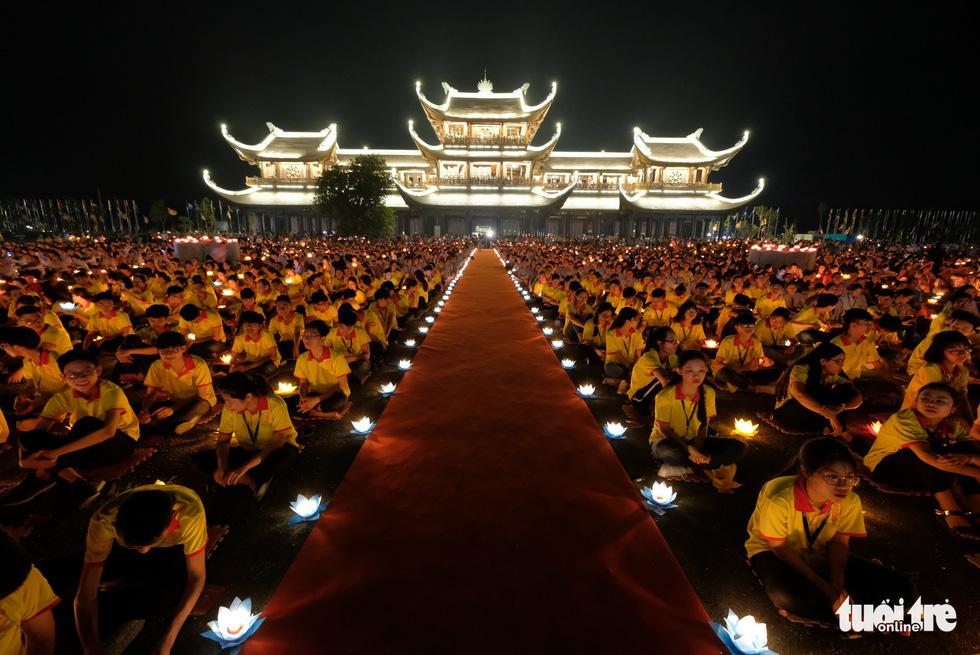 Rực rỡ đêm hoa đăng cầu quốc thái dân an Đại lễ Phật đản 2019 - Ảnh 13.