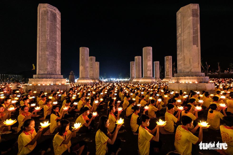 Rực rỡ đêm hoa đăng cầu quốc thái dân an Đại lễ Phật đản 2019 - Ảnh 1.