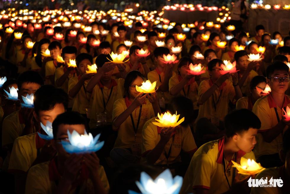 Rực rỡ đêm hoa đăng cầu quốc thái dân an Đại lễ Phật đản 2019 - Ảnh 11.