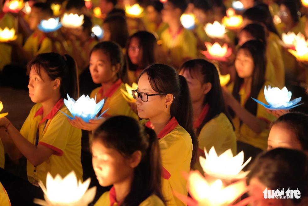 Rực rỡ đêm hoa đăng cầu quốc thái dân an Đại lễ Phật đản 2019 - Ảnh 10.