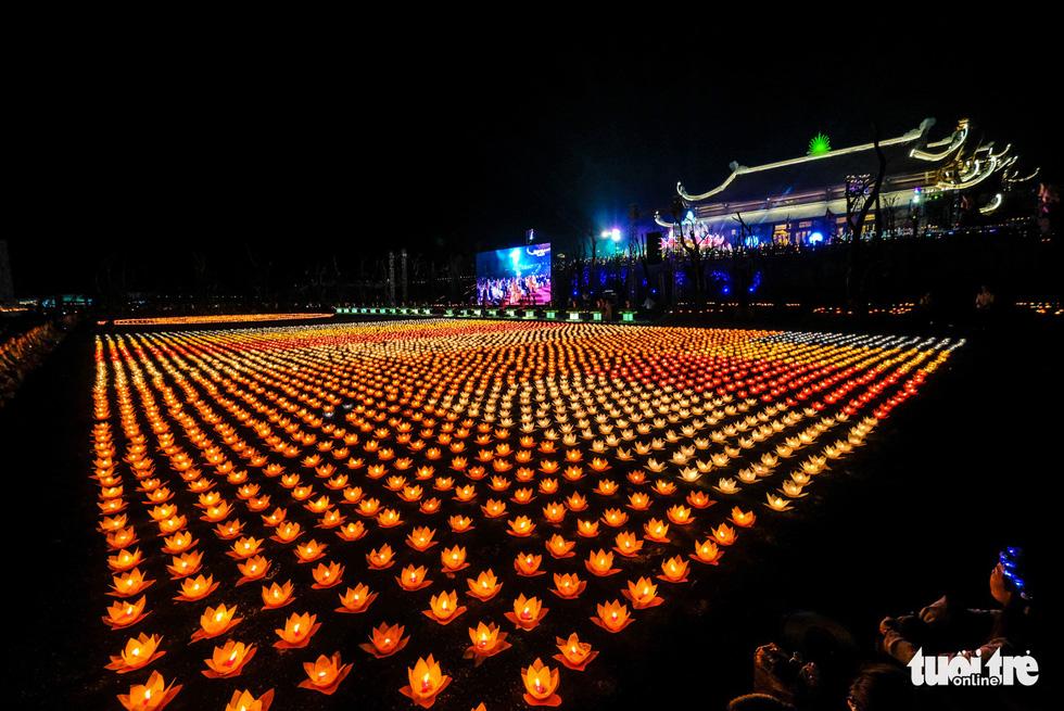 Rực rỡ đêm hoa đăng cầu quốc thái dân an Đại lễ Phật đản 2019 - Ảnh 5.