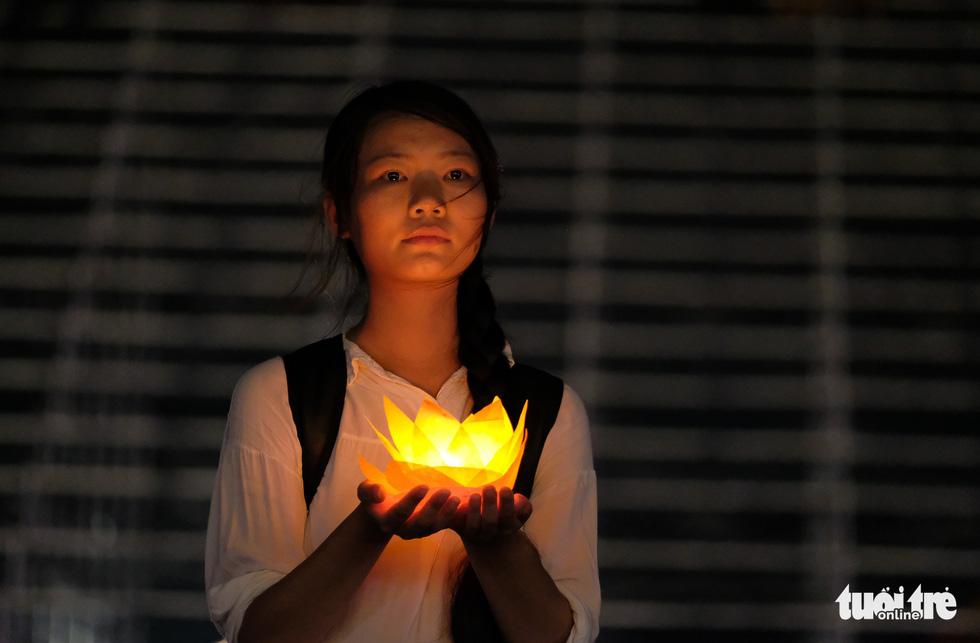 Rực rỡ đêm hoa đăng cầu quốc thái dân an Đại lễ Phật đản 2019 - Ảnh 12.
