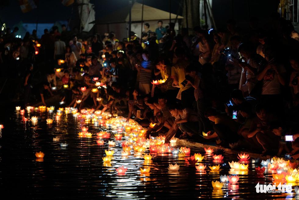 Rực rỡ đêm hoa đăng cầu quốc thái dân an Đại lễ Phật đản 2019 - Ảnh 14.