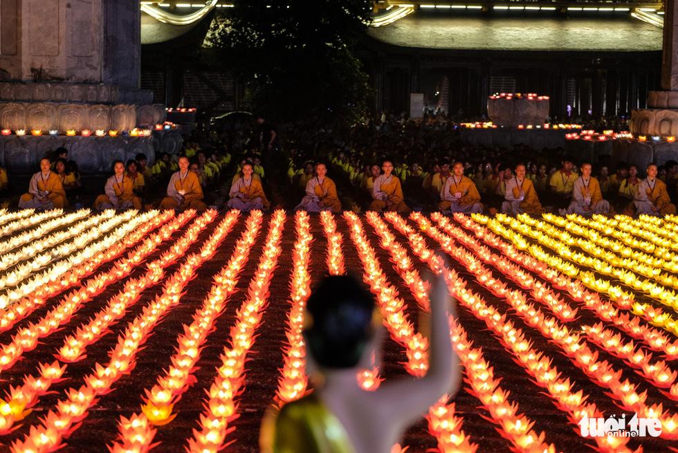Rực rỡ đêm hoa đăng cầu quốc thái dân an Đại lễ Phật đản 2019 - Ảnh 4.