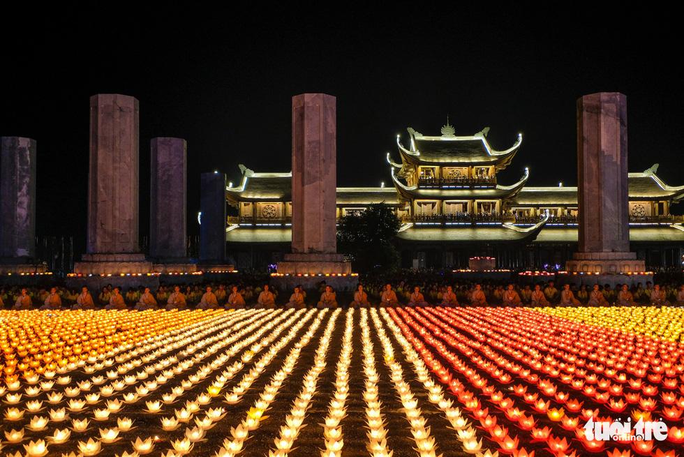 Rực rỡ đêm hoa đăng cầu quốc thái dân an Đại lễ Phật đản 2019 - Ảnh 3.