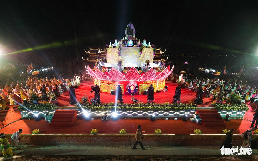 Rực rỡ đêm hoa đăng cầu quốc thái dân an Đại lễ Phật đản 2019 - Ảnh 2.