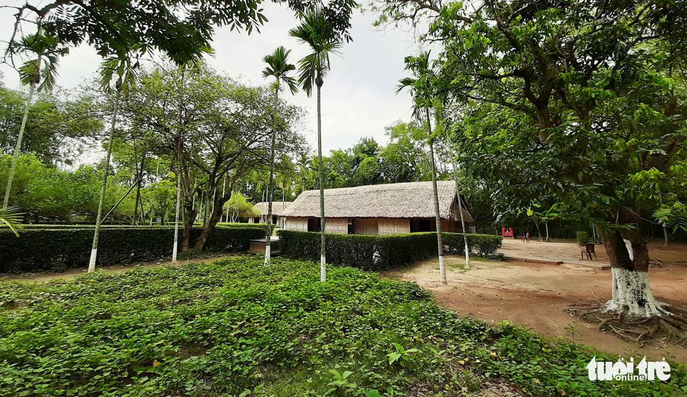 Về làng Sen, Hoàng Trù rợp bóng cây xanh - Ảnh 2.