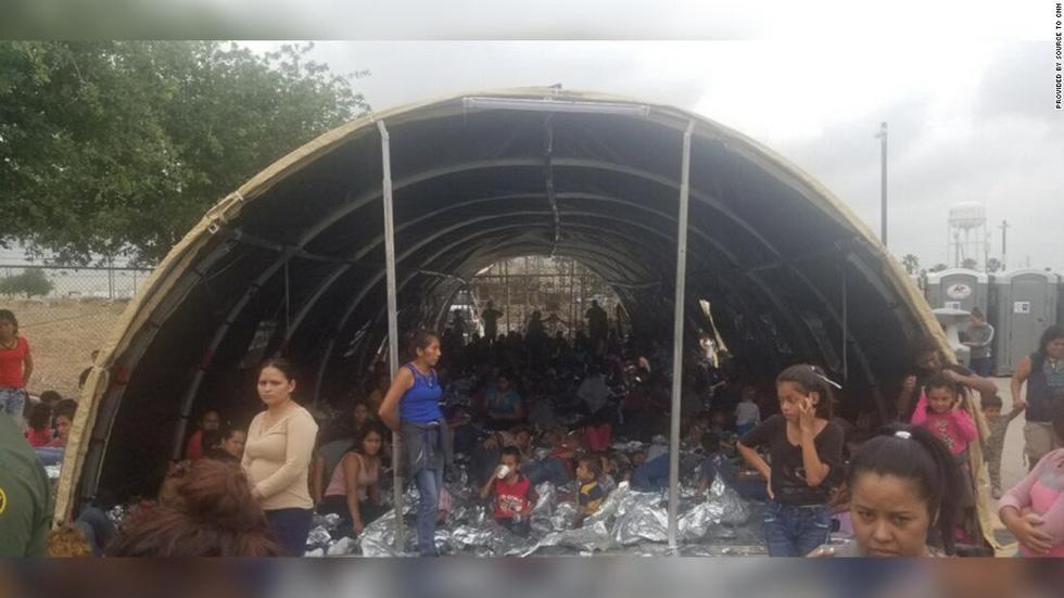 Ảnh gây sốc về thân phận những đứa trẻ ở biên giới Mỹ - Mexico - Ảnh 2.