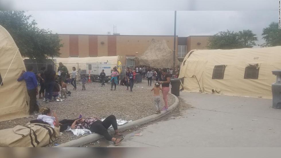 Ảnh gây sốc về thân phận những đứa trẻ ở biên giới Mỹ - Mexico - Ảnh 6.
