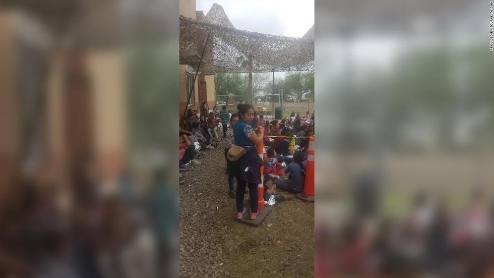 Ảnh gây sốc về thân phận những đứa trẻ ở biên giới Mỹ - Mexico - Ảnh 7.