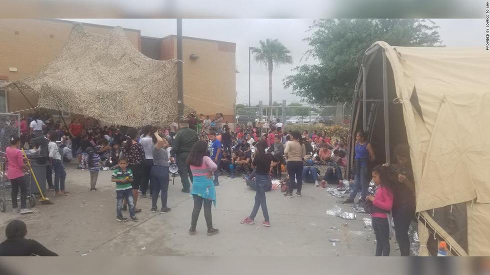 Ảnh gây sốc về thân phận những đứa trẻ ở biên giới Mỹ - Mexico - Ảnh 4.