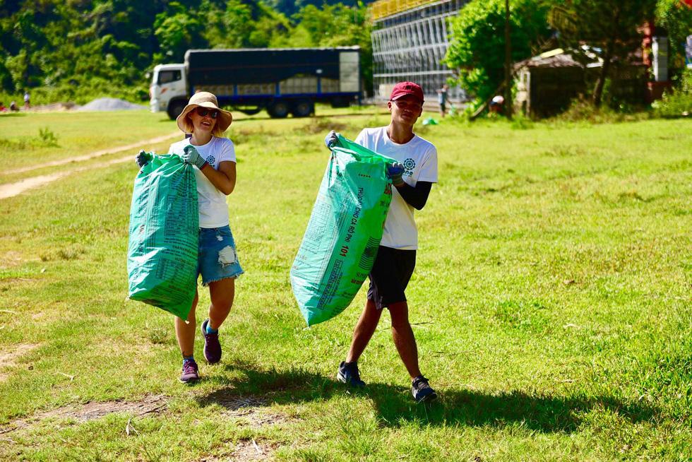 Du khách nước ngoài dọn sạch rác ở nơi diễn ra Câu chuyện hòa bình - Ảnh 3.