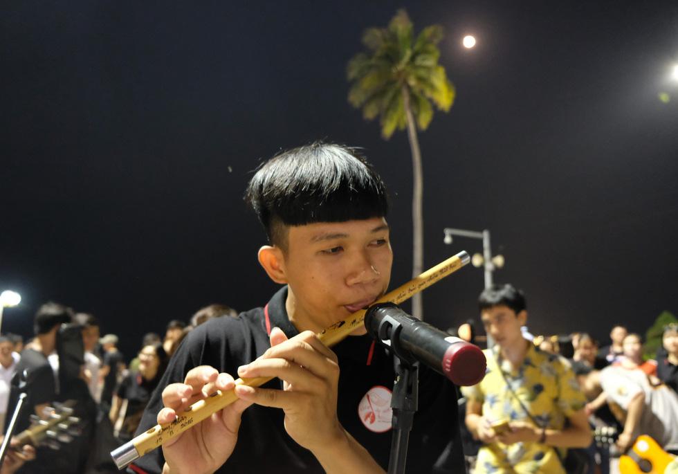 Du ca đường phố khuấy động đêm phố biển Nha Trang - Ảnh 5.