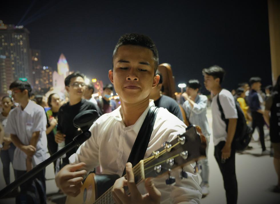 Du ca đường phố khuấy động đêm phố biển Nha Trang - Ảnh 6.