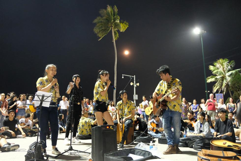 Du ca đường phố khuấy động đêm phố biển Nha Trang - Ảnh 13.