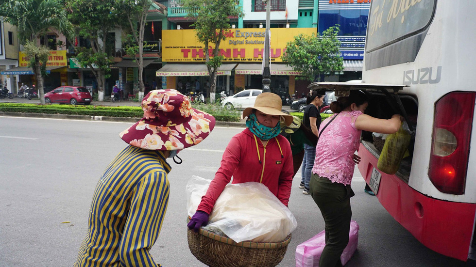 Đội quân 30 chị bán cơm gà Lạc Sơn: Nấu cho chồng răng nấu cho khách vậy  - Ảnh 5.