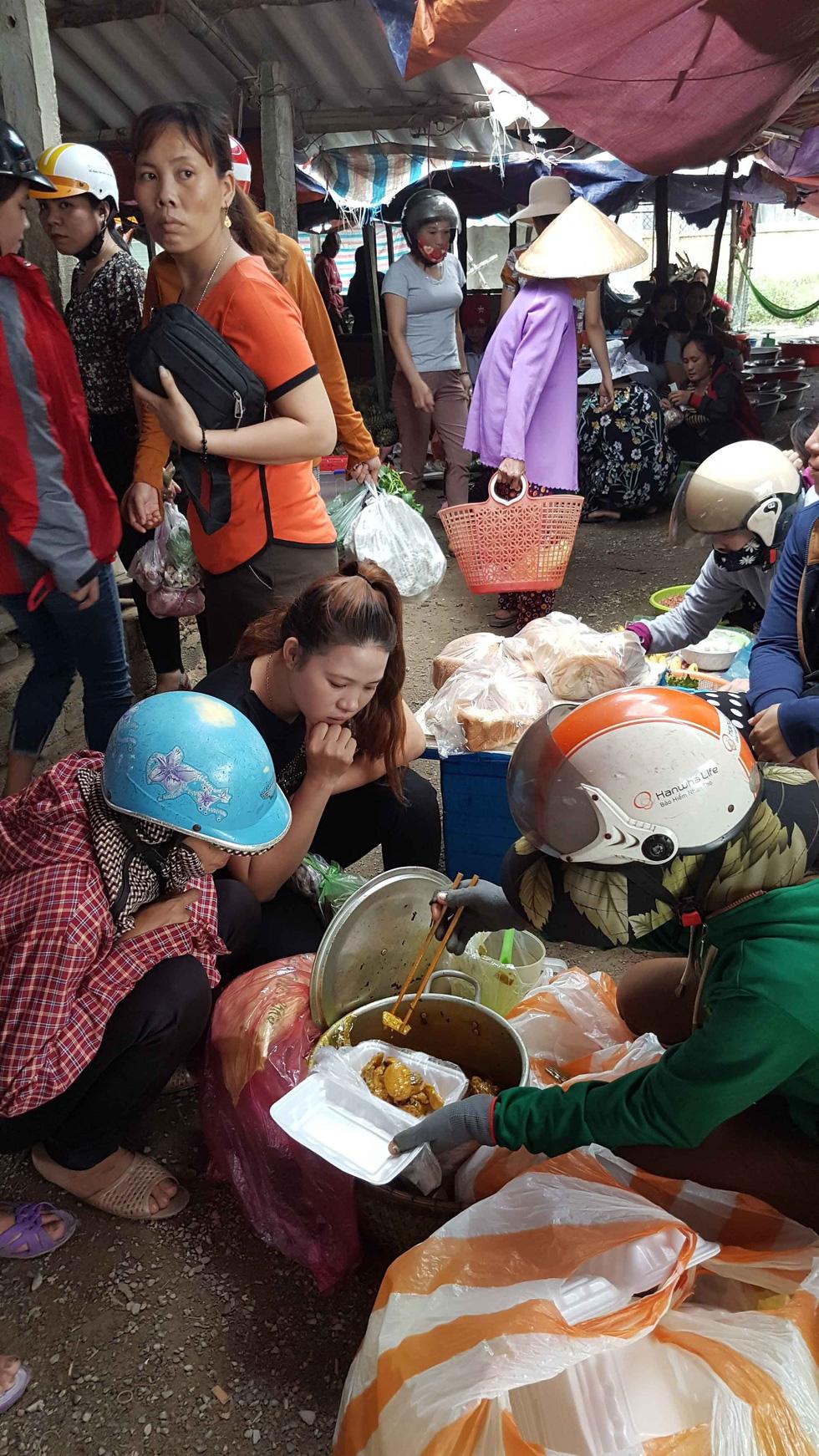 Đội quân 30 chị bán cơm gà Lạc Sơn: Nấu cho chồng răng nấu cho khách vậy  - Ảnh 7.