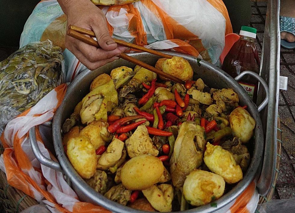 Đội quân 30 chị bán cơm gà Lạc Sơn: Nấu cho chồng răng nấu cho khách vậy  - Ảnh 3.