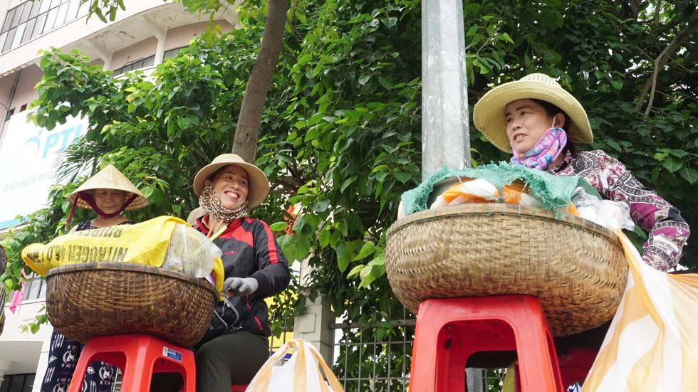 Đội quân 30 chị bán cơm gà Lạc Sơn: Nấu cho chồng răng nấu cho khách vậy  - Ảnh 1.