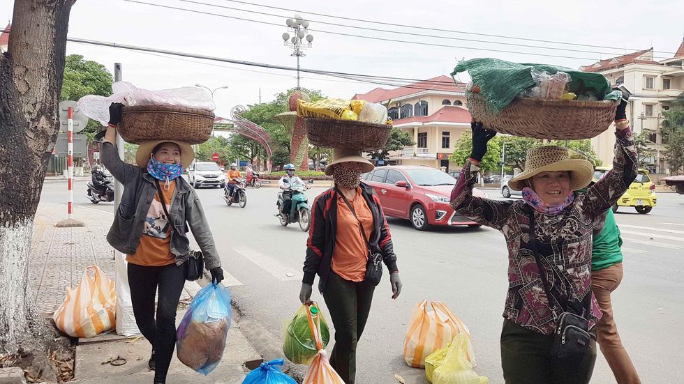 Đội quân 30 chị bán cơm gà Lạc Sơn: Nấu cho chồng răng nấu cho khách vậy  - Ảnh 2.
