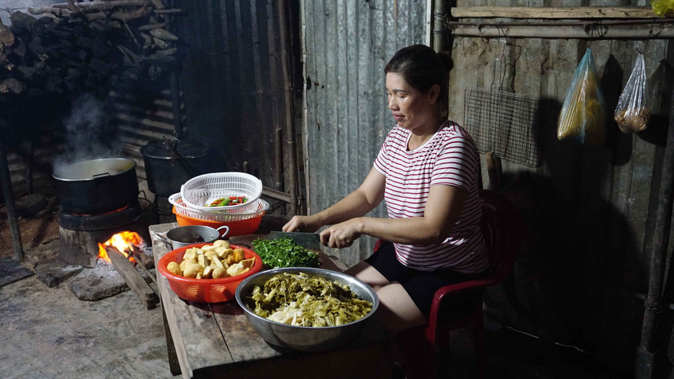 Đội quân 30 chị bán cơm gà Lạc Sơn: Nấu cho chồng răng nấu cho khách vậy  - Ảnh 6.