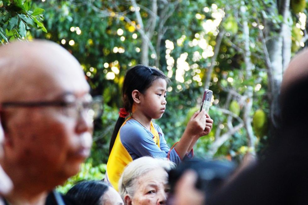 Hàng ngàn Phật tử Huế rước Phật  lên Tổ đình Từ Đàm - Ảnh 3.