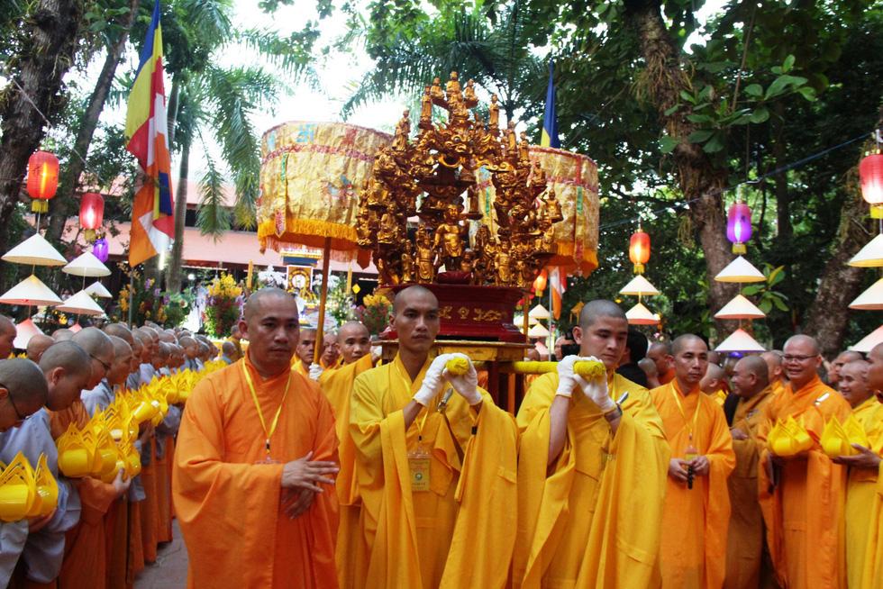 Hàng ngàn Phật tử Huế rước Phật  lên Tổ đình Từ Đàm - Ảnh 1.