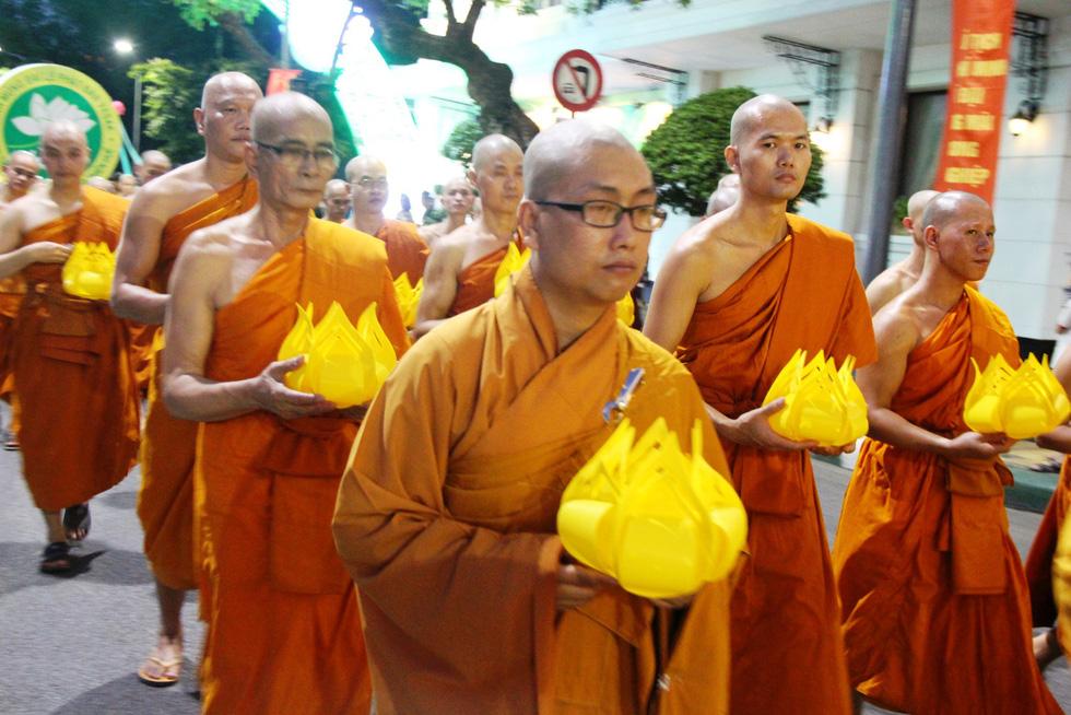 Hàng ngàn Phật tử Huế rước Phật  lên Tổ đình Từ Đàm - Ảnh 7.