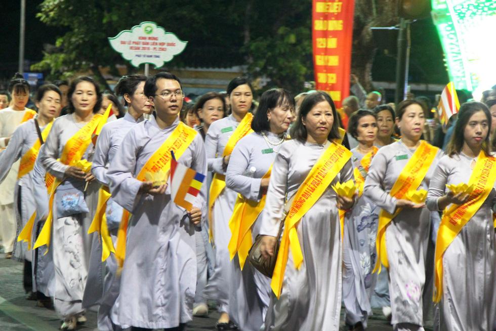 Hàng ngàn Phật tử Huế rước Phật  lên Tổ đình Từ Đàm - Ảnh 8.