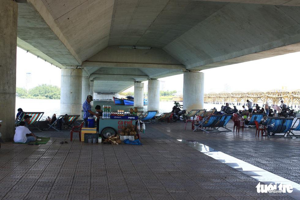 Nắng nóng 40 độ C, gầm cầu, chân cầu sông Hàn thành nơi trốn nắng - Ảnh 3.