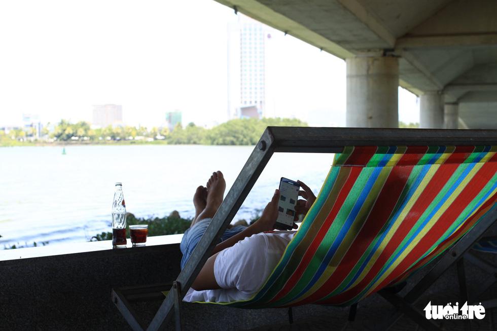 Nắng nóng 40 độ C, gầm cầu, chân cầu sông Hàn thành nơi trốn nắng - Ảnh 1.