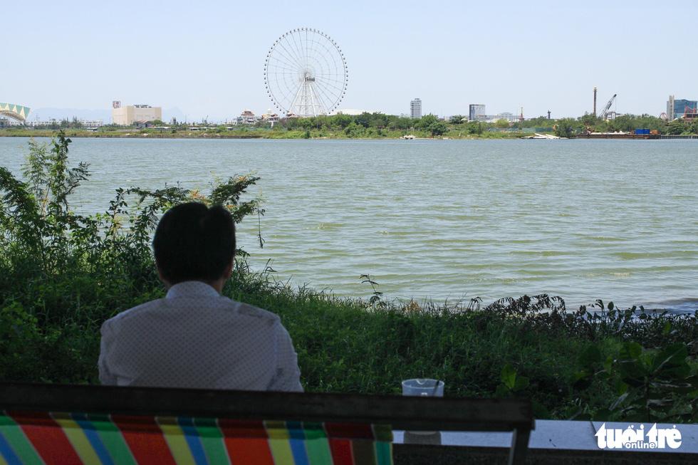 Nắng nóng 40 độ C, gầm cầu, chân cầu sông Hàn thành nơi trốn nắng - Ảnh 7.