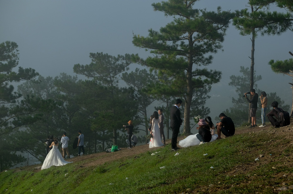 Cả trăm cô dâu chú rể mỗi sáng tìm về đồi uyên ương Đà Lạt - Ảnh 4.