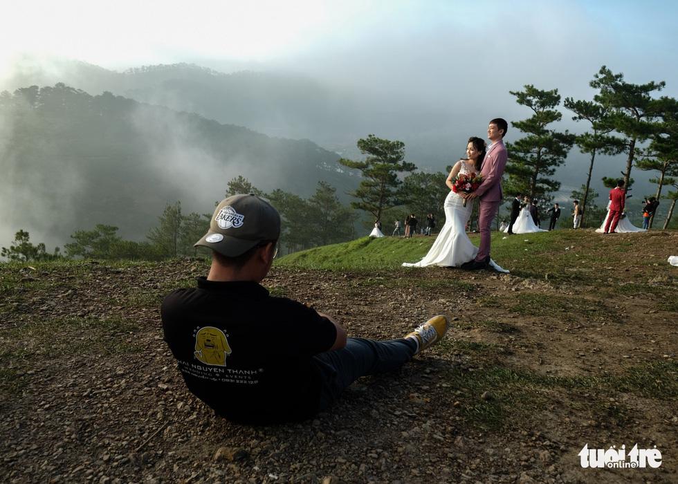 Cả trăm cô dâu chú rể mỗi sáng tìm về đồi uyên ương Đà Lạt - Ảnh 7.
