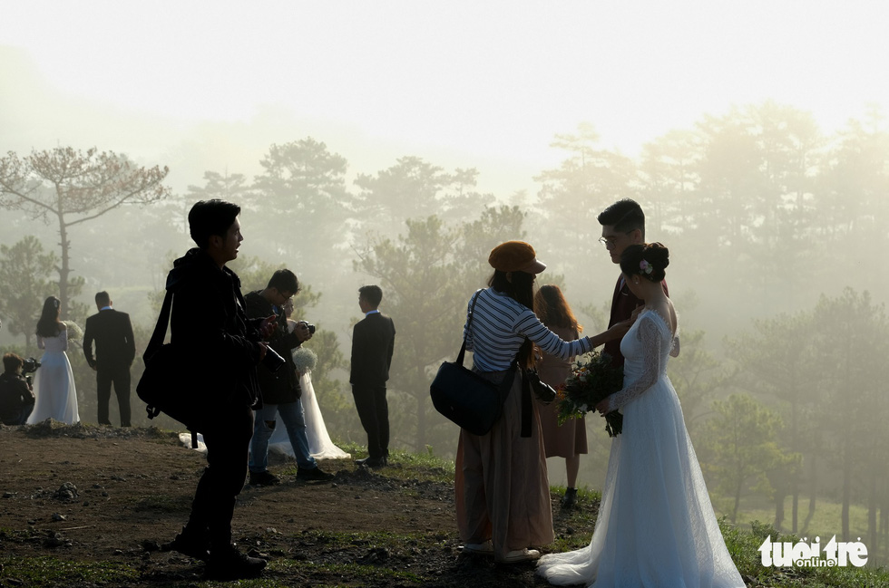 Cả trăm cô dâu chú rể mỗi sáng tìm về đồi uyên ương Đà Lạt - Ảnh 3.