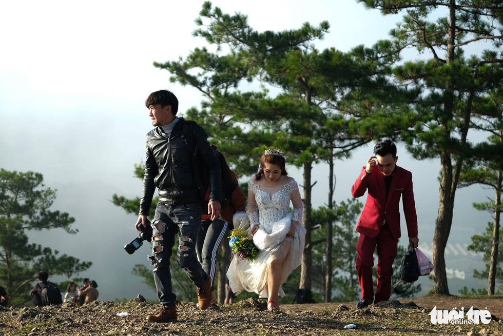 Cả trăm cô dâu chú rể mỗi sáng tìm về đồi uyên ương Đà Lạt - Ảnh 9.