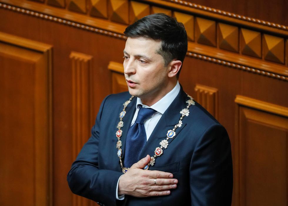 Tân Tổng thống Ukraine nhậm chức rất bình dân - Ảnh 2.