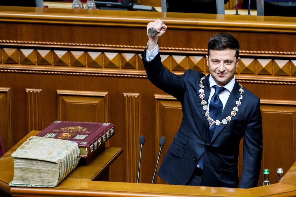Tân Tổng thống Ukraine nhậm chức rất bình dân - Ảnh 4.
