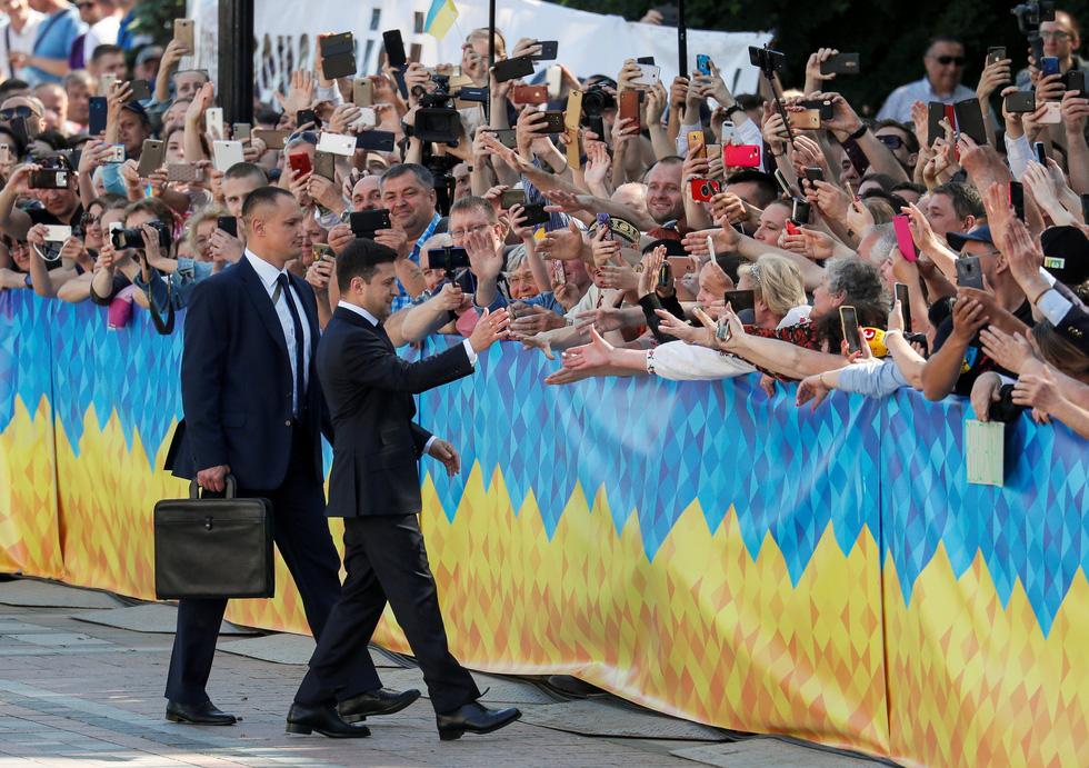 Tân Tổng thống Ukraine nhậm chức rất bình dân - Ảnh 5.