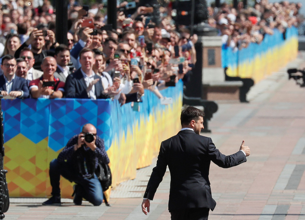 Tân Tổng thống Ukraine nhậm chức rất bình dân - Ảnh 6.