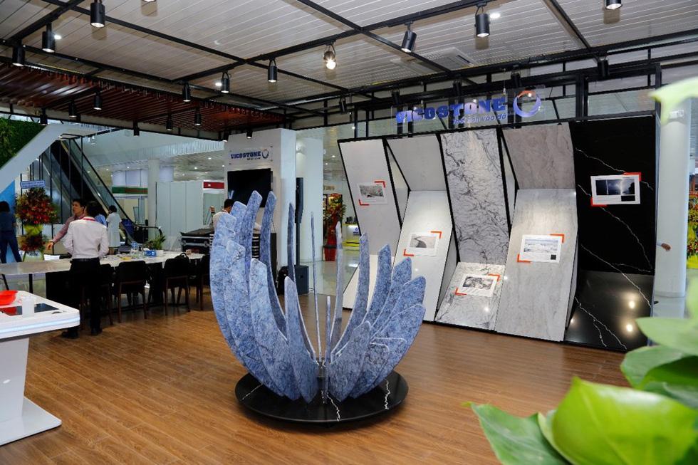 Bông hoa đá độc đáo thu hút khách tại triển lãm Vietbuild 2019 - Ảnh 1.