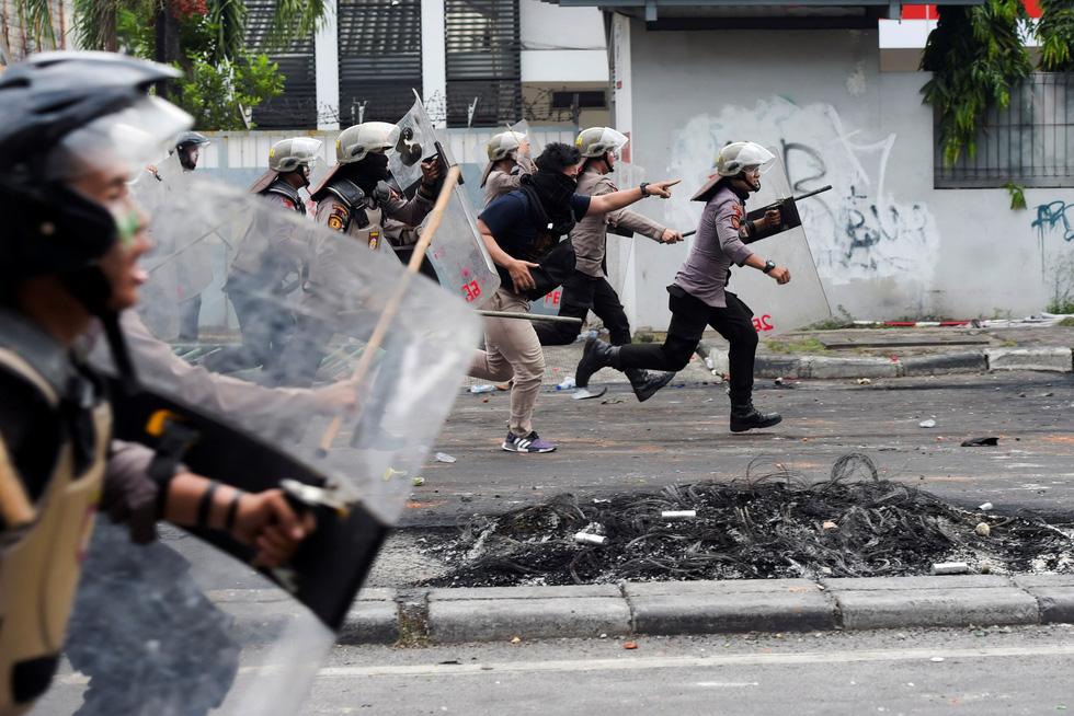 Chính quyền Indonesia: Nhóm biểu tình bạo loạn là 'lưu manh được trả tiền' - Ảnh 1.
