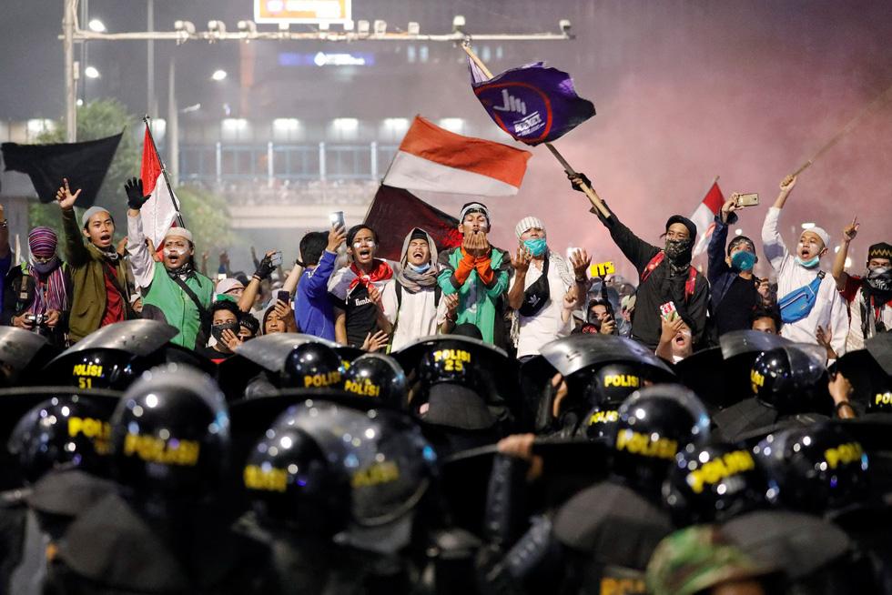Chính quyền Indonesia: Nhóm biểu tình bạo loạn là 'lưu manh được trả tiền' - Ảnh 5.