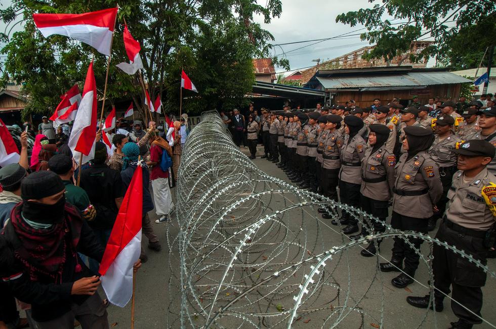 Chính quyền Indonesia: Nhóm biểu tình bạo loạn là 'lưu manh được trả tiền' - Ảnh 9.