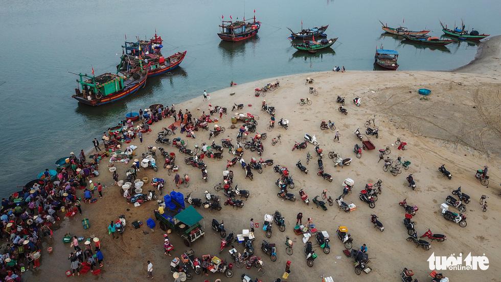 Chợ cá họp trước bình minh nơi làng chài Cửa Nhượng - Ảnh 2.