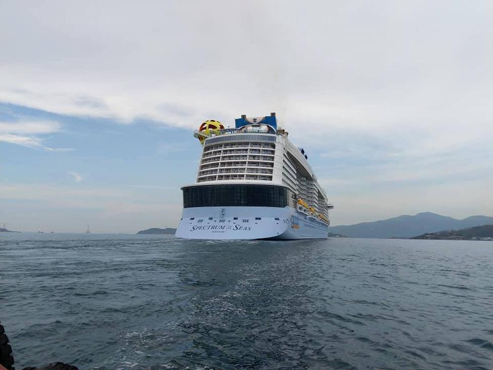 Tàu khổng lồ Mỹ chở trên 5.000 khách đến Việt Nam - Ảnh 6.