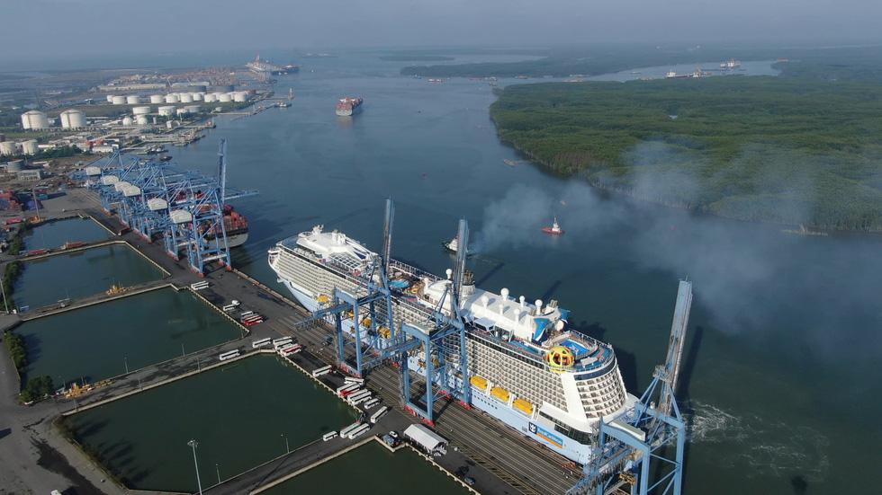 Tàu khổng lồ Mỹ chở trên 5.000 khách đến Việt Nam - Ảnh 3.