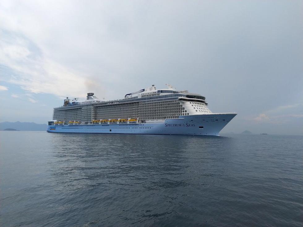 Tàu khổng lồ Mỹ chở trên 5.000 khách đến Việt Nam - Ảnh 7.