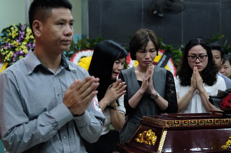 Hàng nghìn người xếp hàng từ sớm tiễn đưa cô giáo Quỳnh - Ảnh 6.