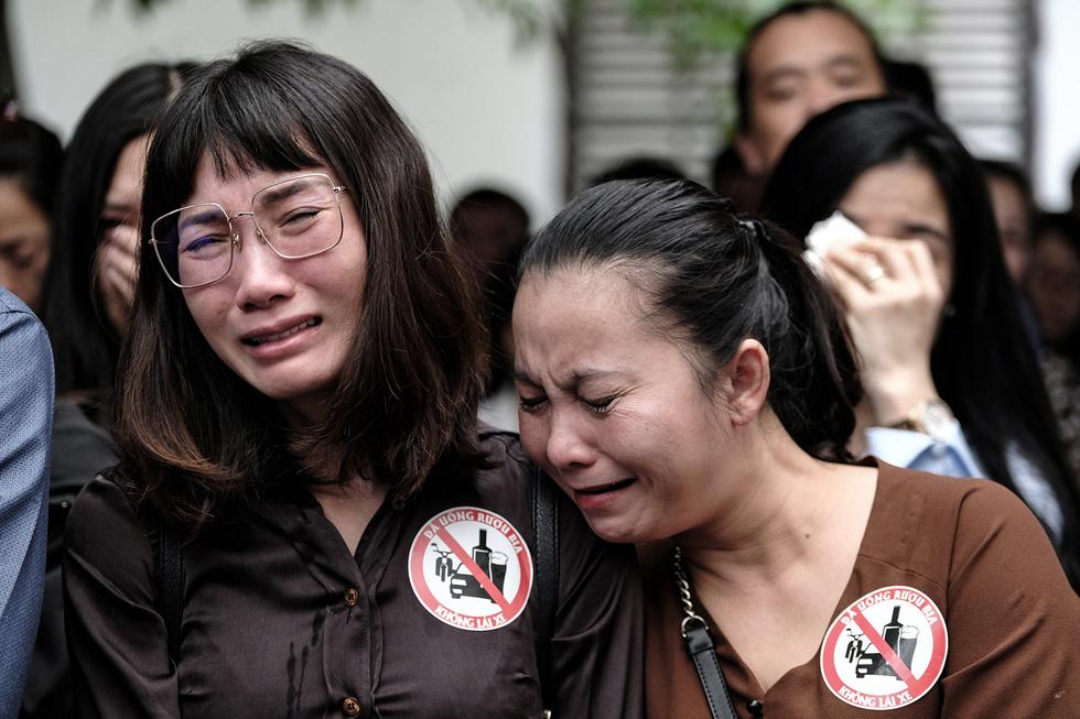 Hàng nghìn người xếp hàng từ sớm tiễn đưa cô giáo Quỳnh - Ảnh 12.